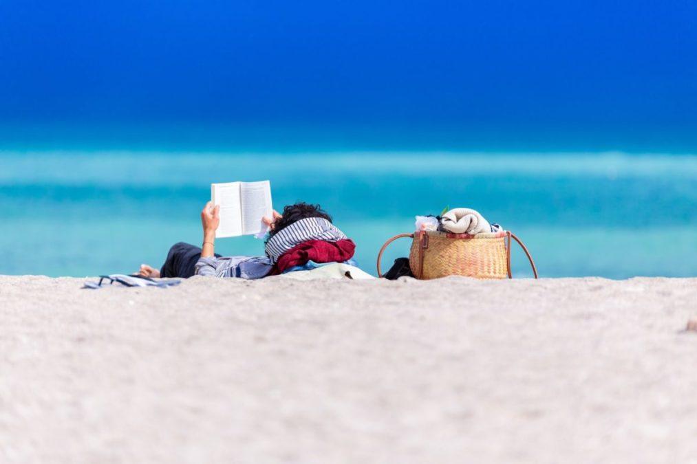 海で文庫本を読む