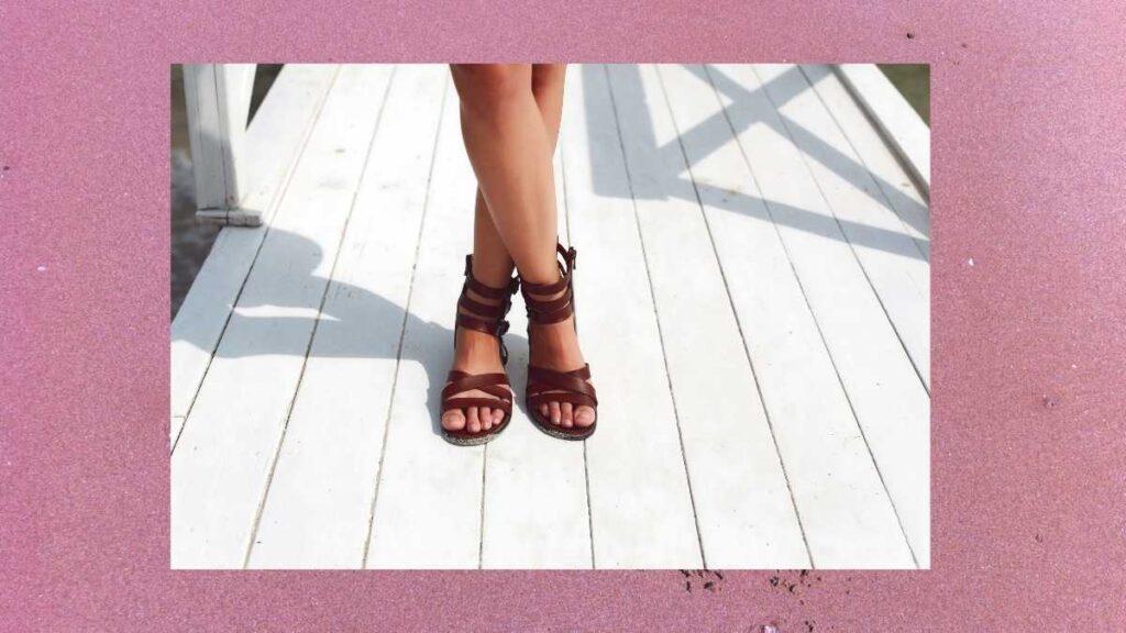 夏の素足にサンダルをおしゃれに見せるコツ
